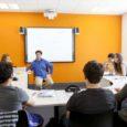 aula llena de alumnos y profesor dando clases
