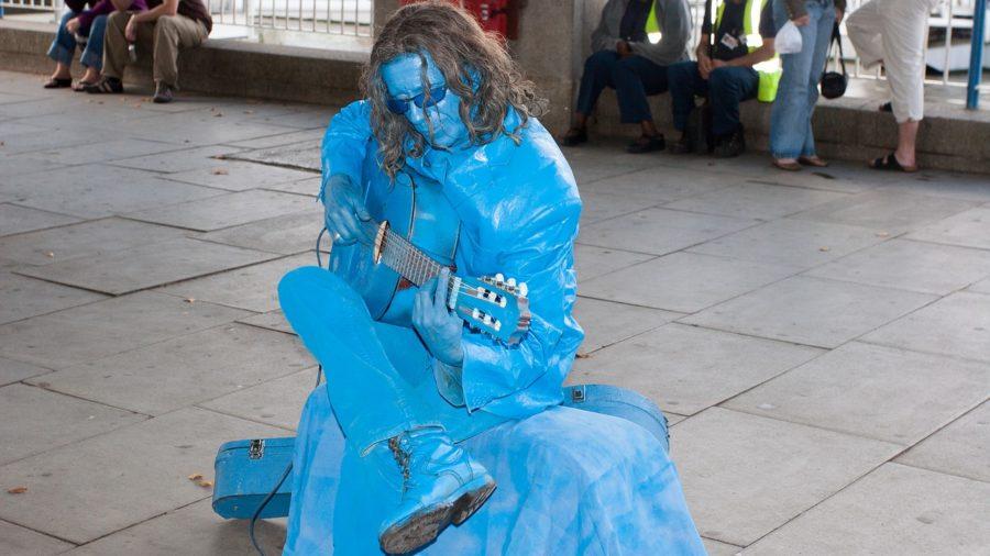 Actor, músico en un parque de Londres