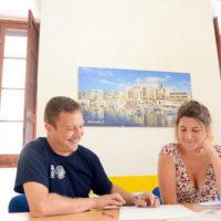 Para estudiantes de negocios o profesionales que deseen mejorar su inglés comercial profesional para fines específicos o generales. Clases grupales pequeñas o cerradas están disponibles durante todo el año. El curso de inglés de negocios también se puede combinar con una o dos lecciones privadas por día.